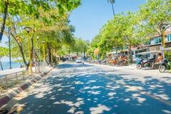 AO NANG, THAILAND - MARS 19, 2018: Den utomhus- sikten av motorcyklar som parkeras i lokalen för gatan, shoppar nästan på Ao Nang Arkivfoto