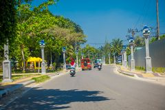 AO NANG, THAILAND - MARS 19, 2018: Det oidentifierade folket som rider en motorcykel i lokalen för gator, shoppar nästan på Ao Arkivfoto