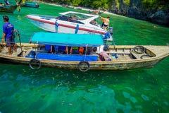 AO NANG, THAILAND - MARS 05, 2018: Ovanför sikt av fartyget för yatch och för lång svans med turister som tycker om en ursnygg tu Arkivfoto