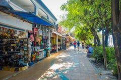 AO NANG, THAILAND - MARS 19, 2018: Turist- shopping på lokalen shoppar på för strandframdelen för Ao Nang marknaden Strandframdel Royaltyfria Foton