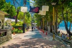 AO NANG, THAILAND - MARS 19, 2018: Turister som går lokalen, shoppar nästan på för strandframdelen för Ao Nang marknaden Strand f Royaltyfri Foto