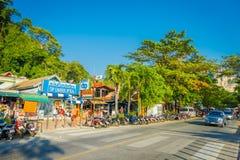 AO NANG, THAILAND - MARS 19, 2018: Turister som går lokalen, shoppar nästan på för strandframdelen för Ao Nang marknaden Strand f Royaltyfri Bild