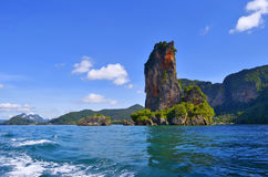 Ao Nang zatoka z swój sławnym skalistym szczytem i Pai Plong wyrzucać na brzeg Zdjęcie Royalty Free