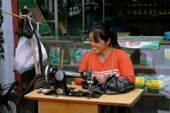 Ao pingelt, China: Vrouw bij Naaimachine Royalty-vrije Stock Foto's