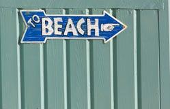Ao sinal da praia Imagem de Stock