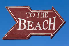 Ao sinal da praia contra o céu azul foto de stock royalty free