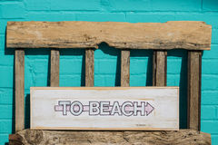 Ao sinal de madeira branco da praia Imagens de Stock