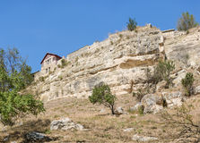 Ao sul da rocha e da casa do escritor de Karaite e do arqueólogo Abraham Firkovich na cidade-fortaleza medieval Chufut-Kal Fotos de Stock Royalty Free