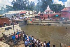 18 août 2014 - bûcher funèbre en rivière de Bagmati à Katmandou Photographie stock libre de droits