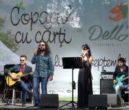 23 août 2015, Bucarest, Roumanie : la bande indépendante changeant des peaux joue la yole d'air ouvert Photographie stock libre de droits