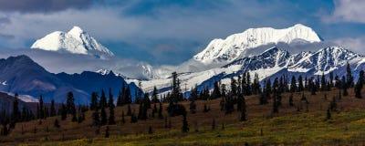 26 août 2016 - lacs de gamme d'Alaska centrale - conduisez 8, route de Denali, Alaska, offres d'un chemin de terre stupéfiant des Photographie stock