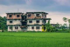 25 août 2014 - les enfants autoguident dans Sauraha, Népal Photo libre de droits