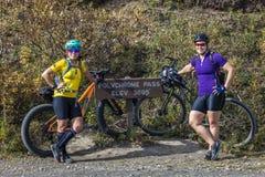 27 août 2016 - montagne de femelles faisant du vélo au passage polychrome, parc national de Denali, intérieur, cyclistes de pays  Photographie stock libre de droits