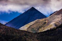 30 août 2016 - montagne triangulaire de pyramide, parc national de Denali, Alaska vu de près de la pente de Pollychrome Photos stock