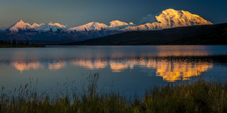 28 août 2016 - montez Denali au lac wonder, précédemment connu sous le nom de mont McKinley, la crête de plus haute montagne en A Photographie stock