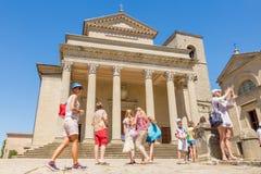 17 août 2016 Touristes à la place de la cathédrale principale en San images stock