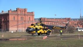 AON de Alliance Avia de la línea aérea del helicóptero Mi-8TV RA-24100 antes de despegue St Petersburg metrajes