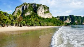 Aonang-Strand mit Kalksteinfelsen stockbilder