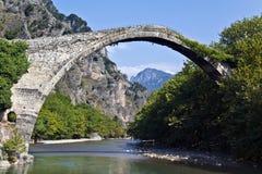 aoos桥梁在河石头的希腊konitsa 图库摄影