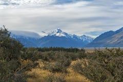 Aoraki/cuoco del supporto, il più alta montagna in Nuova Zelanda ed il fiume di Tasman visto dal centro del parco di Glentanner Fotografie Stock Libere da Diritti