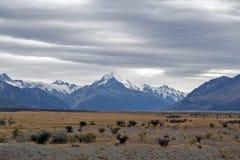 Aoraki/cuoco del supporto, il più alta montagna in Nuova Zelanda ed il fiume di Tasman visto dal centro del parco di Glentanner Immagini Stock