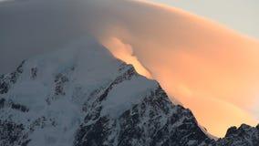 Aoraki, góry Cook szczyt z mgłą tworzy nad halnym szczytem na wschodzie słońca zbiory