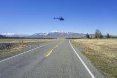 AORAKI-MONTERINGSKOCK, NYA ZEELAND 16TH APRIL 2014; Oidentifierad helikopter som flyger över den fantastiska södra ön, Nya Zeelan Arkivfoton