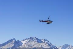 AORAKI-MONTERINGSKOCK, NYA ZEELAND 16TH APRIL 2014; Oidentifierad helikopter som flyger över den fantastiska södra ön, Nya Zeelan Royaltyfria Bilder