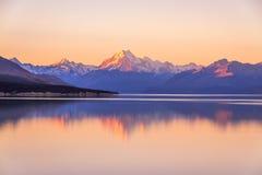 Aoraki Mountcook avant le coucher du soleil au lac Pukaki visitant le pays Image libre de droits