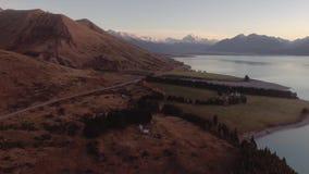 Aoraki zet Cook en Meer de antenne van de de wegreis van Pukaki, het Hoge Land van Canterbury, Zuideneiland, Nieuw Zeeland op stock footage