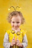 Muchacha con estallidos de la torta de la abeja Fotos de archivo