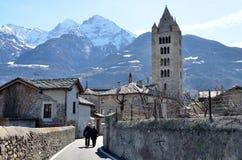 Aosta, Ιταλία, Mach 10, 2013 Άνθρωποι που περπατούν στο ιστορικό κέντρο Aosta Στοκ φωτογραφία με δικαίωμα ελεύθερης χρήσης