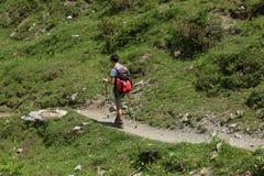 ` Aosta de Val d, Itália, o 5 de julho de 2018: adolescente masculino que anda apenas em uma experimentação da montanha imagem de stock royalty free