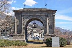 Aosta, Italia, marzo, 10, 2013 Escena italiana: Coches cerca del arco de Augustus, construido 25 años A.C. Imagen de archivo libre de regalías