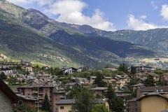 Aosta mit Bergen im Hintergrund Stockbild