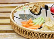 Apéritif avec de la salade DOF peu profond de concombre-raccord en caoutchouc Photographie stock libre de droits