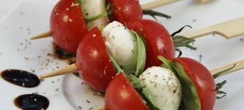 Apéritif avec des tomates de mozzarella et de cocktail de bébé sur des brochettes Photos stock