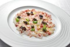 Apéritif Carpaccio de poissons des crevettes roses et du caviar rouges 1 Image stock