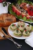 Apéritif de fête : sandwich avec le pâté contre le contexte des plats de poisson bourrés Photo stock