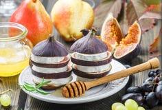 Apéritif des figues et du fromage de chèvre avec du miel Image libre de droits