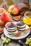 Apéritif des figues et du fromage de chèvre avec du miel Photos stock