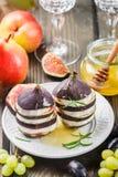 Apéritif des figues et du fromage de chèvre avec du miel Images stock
