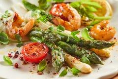 Apéritif frais gastronome de crevette rose et d'asperge photos stock