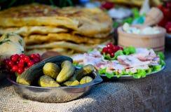 Apéritif mariné de concombre sur la table photo libre de droits
