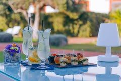 Apéritif régénérateur, cocktails d'été et mini casse-croûte fabriqués à la main photo libre de droits