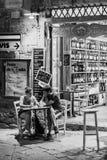 Apéritif romantique d'un couple dans Volterra, Toscane photographie stock libre de droits