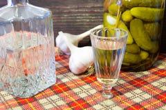 Apéritif traditionnel d'Ukrainien et de Russe en dinant Nourriture en buvant l'alcool Vodka et sandwichs avec le lard, l'ail et l Photos libres de droits