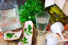 Apéritif traditionnel d'Ukrainien et de Russe en dinant Nourriture en buvant l'alcool Vodka et sandwichs avec le lard, l'ail et l Image libre de droits