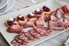 Apéritif typique de la région de Piémont Piémont avec des viandes traitées images libres de droits