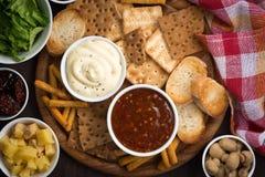 Apéritifs délicieux d'assortiment avec des sauces, vue supérieure Photos stock